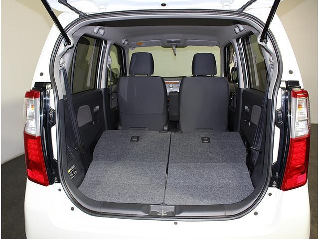 点検を終えて次は外装内装クリーニングです。エンジンルーム、ボディ、足回り、ドアのふちや溝、内装の細かい箇所にまで清掃をいれ、お客様に心地よく快適に中古車選びをして頂けるよう様な商品化に努めています。