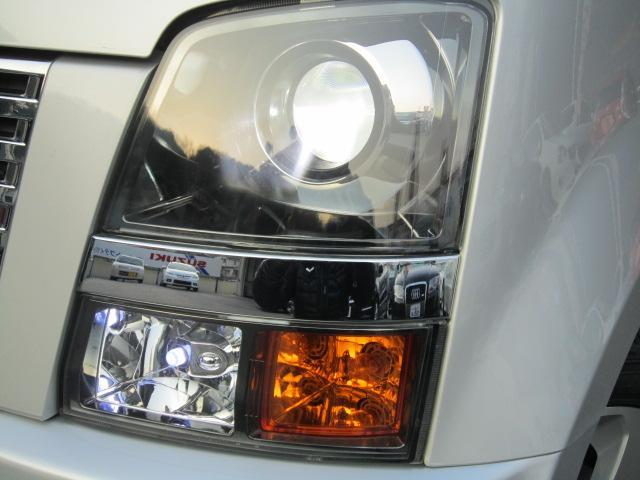 純正プロジェクターHIDヘッドライトでレンズもクスミ無くとても綺麗です・LEDポジションです