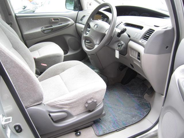運転席シートもヘタリ無く綺麗です