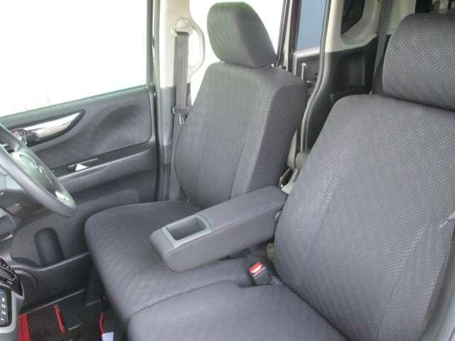 ベンチシートでゆったりと運転ができるスペースがあります☆