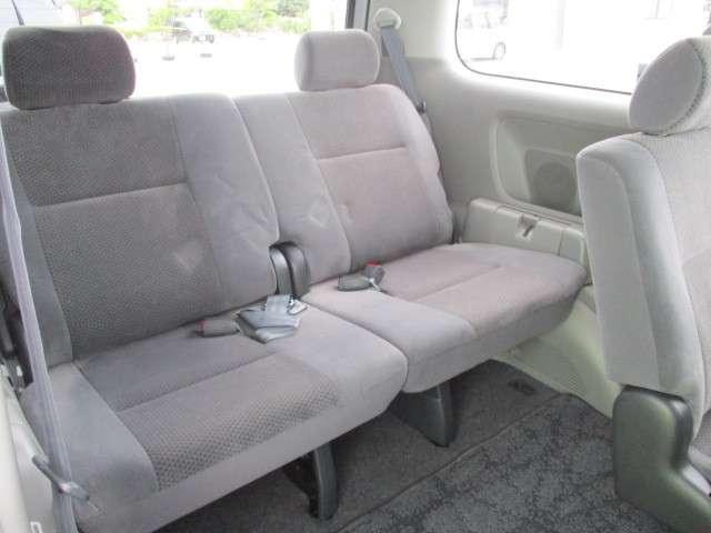 後席も余裕の広さでゆったりくつろげます!これなら長距離ドライブも問題ありません。