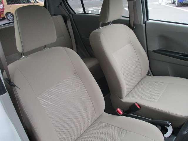 全ての座席で皆様に快適におくつろぎ頂けるよう膝周りにゆとりを持たせ心地よく座れるよう設計されています。