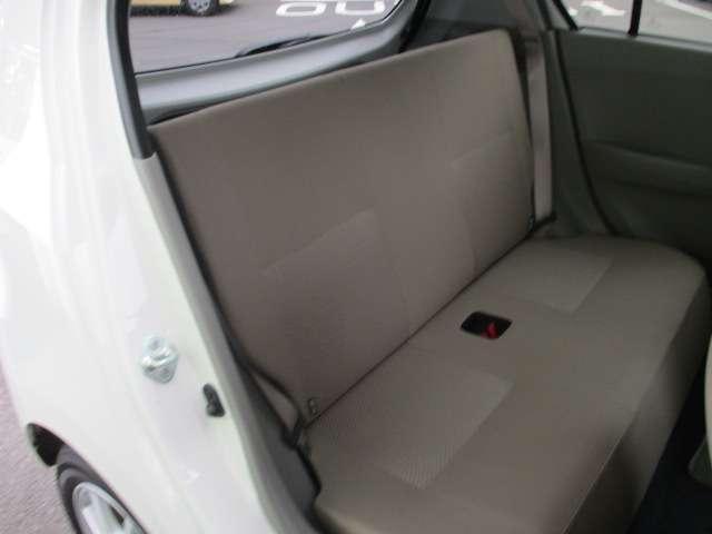2列目シートも足元はゆたりしており快適にお座り頂けます。チャイルドシートの取り付けにも対応しており、後部座席にお乗りの方も楽しく広々と使用出来ます。