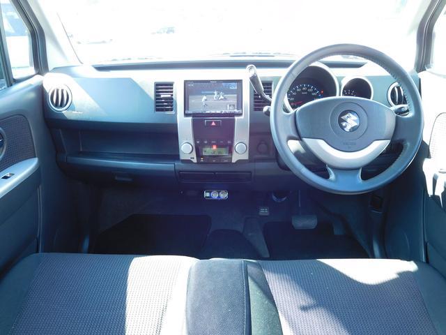 ベンチシートでゆったり座れるシートです。元々はシートカバーが付いていた車両ですので、シート状態はとても良いですよ。グローブBOXの中にはETCも付いています。