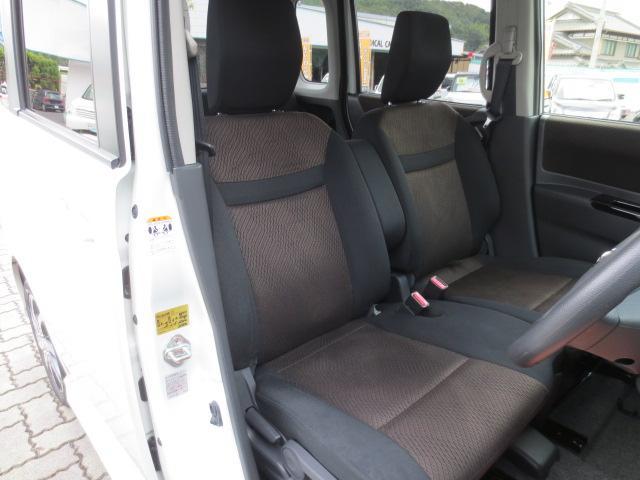 シートも、なかなか綺麗です☆人気のフロントベンチシート☆室内広々♪助手席シート下にも大きめの小物入れがついて便利です!