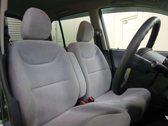 フロントシートまわりは十分な広さを持ち、足元の広さはドライブの疲れにも影響しそうですね