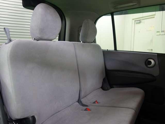 セカンドシートはベンチタイプで限られた空間を目いっぱい広く使えるようデザインされております!