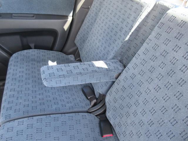 後ろの席にもひじ置きがあります
