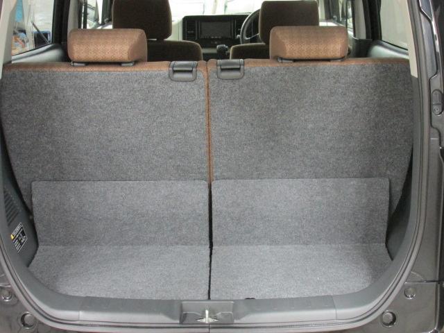 後席シートを倒すと大きな荷物も積み込めます。