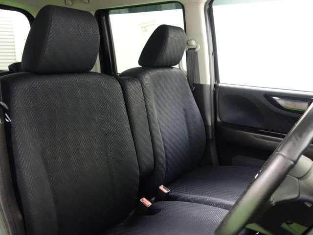 助手席への移動もスムーズなベンチシート。大型アームレストも付いてます♪