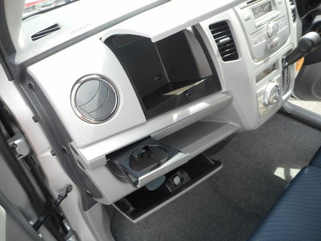 使いやすい収納を、使いやすい場所に。インストアッパーボックスとグローブボックスで大容量の収納スペース