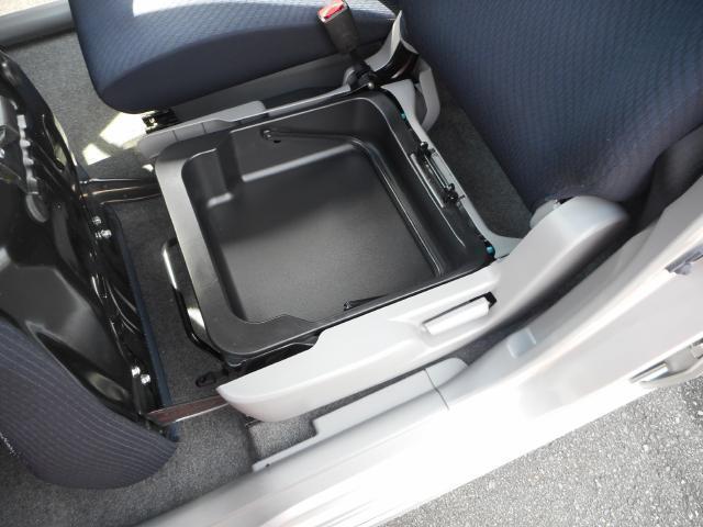 助手席シート下には便利な取っ手付の収納ボックス