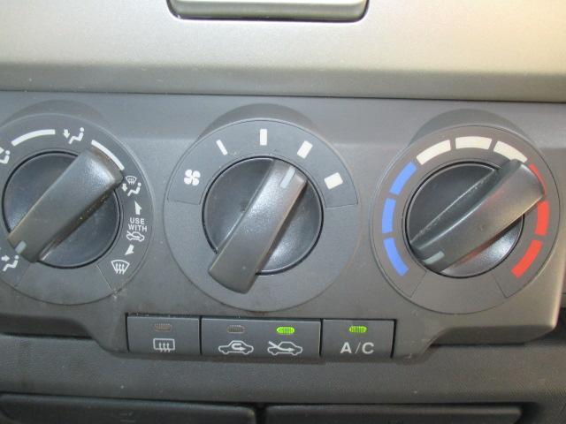 ダイヤル式のマニュアルエアコンを装備!操作はとても簡単です。快適な室内でドライブを♪