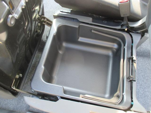 助手席のシート下には大きなトレイが隠れています。車検証入れなどの保管に便利です。