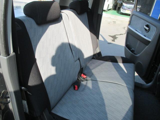 後部席はリクライニング機能が付いた左右独立のスライドシート。乗り心地にこだわりました。