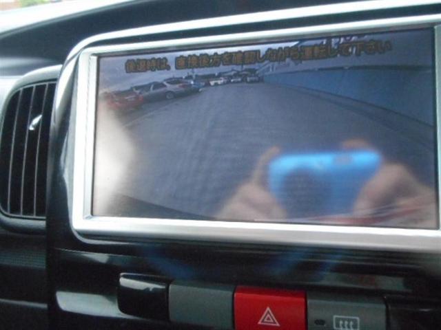 バックギアに入れると画面がバックモニターに切り替わります。夜間の車庫入れも明るくて見やすいですよ。