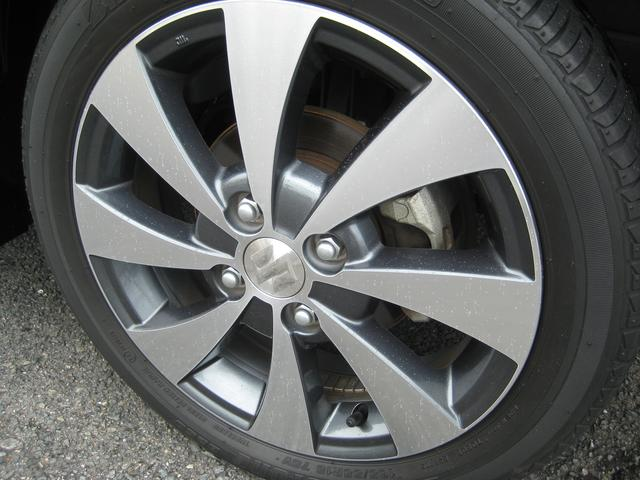 純正15インチアルミホイールです。タイヤは新車時の物ですので4本新品に交換致します。
