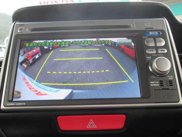 リバースに入れると連動してナビ画面に後方の視界が写るので、安全確認や駐車の支援になります。