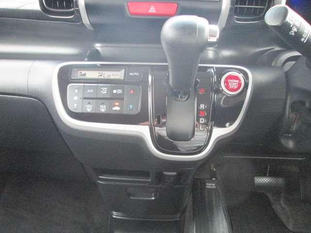 インパネシフトはフロアに障害物が無いので、運転席と助手席間の移動がスムーズになります。