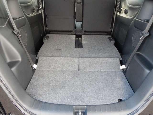 リアシートを片方だけ倒して使うことも出来て 長い荷物を乗せることもできてとっても便利です。