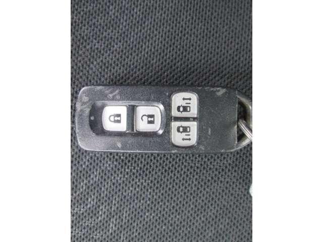 スマートキー装備! 鍵を携帯するだけで、ドアの開閉やエンジンの始動・停止が可能です。 とっても便利☆
