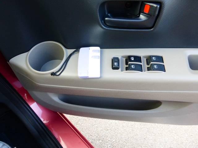運転席PWです鍵もキーレスですので鍵の開け閉めが楽ですね♪ここにもドリンクホルダー付いてます^v^