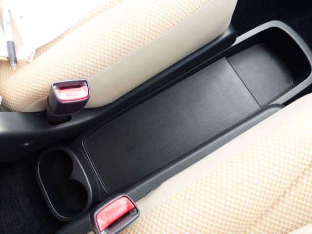 運転席の間に物が置けるようになっています。鞄置きなどに使えますね♪