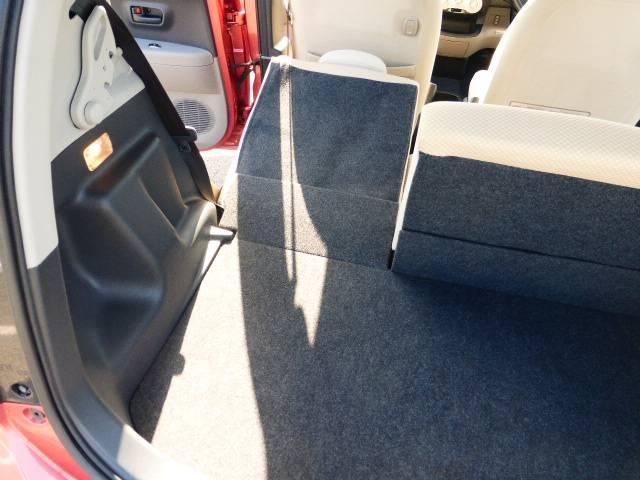 後部座席が倒れてフラットになります。さらに大きな荷物を乗せたい場合は使いやすいと思いますよ♪