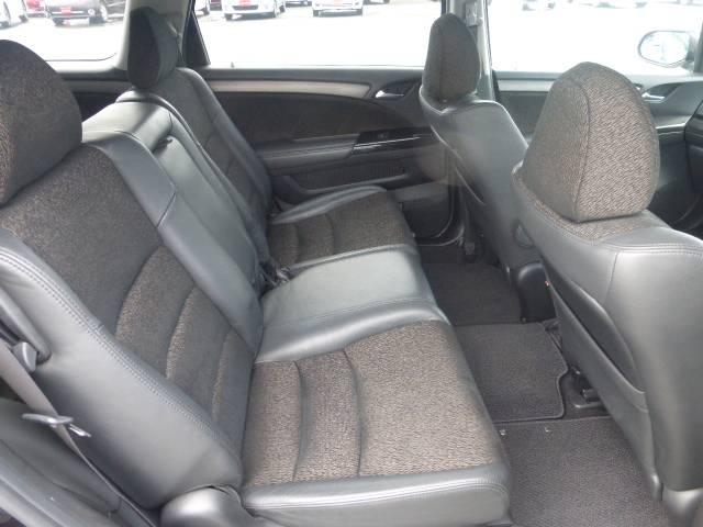 後部座席スペースもゆったりと座れて長距離ドライブも楽しく出来ますよ!!くつろぎに満ちた空間ですね☆