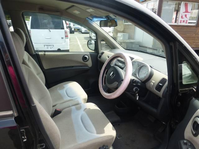 運転席・助手席は人気のベンチシートでシートの状態も良好です☆