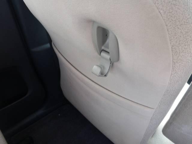 助手席の裏にはカバンなどをかけるホックが付いてますのでとても便利ですよ!