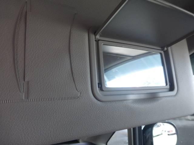運転席のサンバイザーには鏡も付いてますのでちょっとした化粧直しなども出来ますよ!