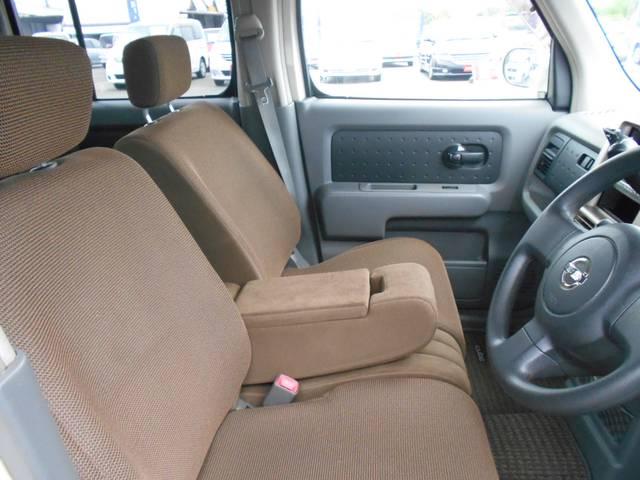 ベンチシートは、シート幅も広く足元ゆったり!茶系のシートは大人の感じがします。
