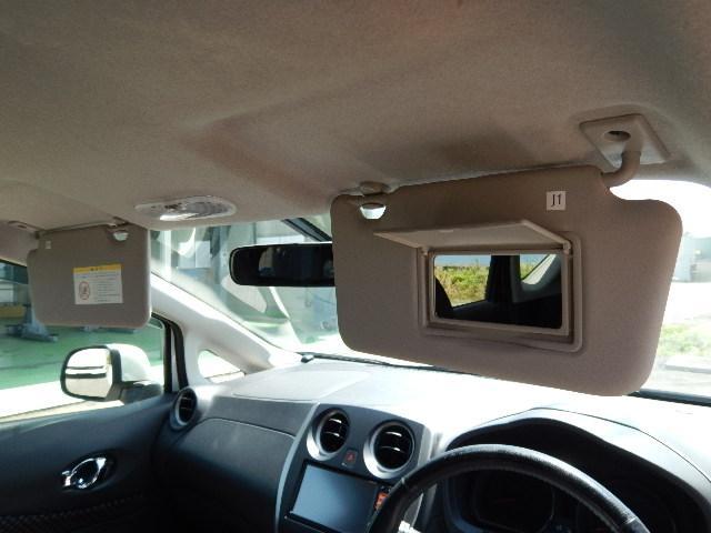 サンバイザーは運転席側にバニティミラーが付いてます。