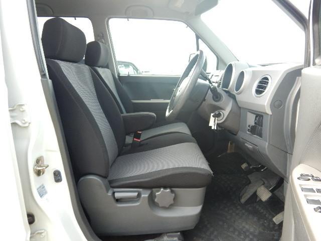 【運転席・助手席側】アームレスト付ベンチシートでゆったりあります♪シフトレバーもコラム式なので足元がスッキリしていますよ♪