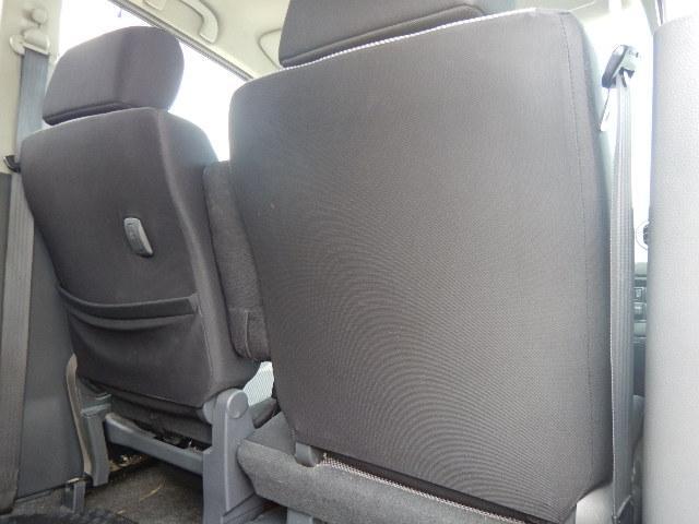 【運転席・助手席背面】助手席側にはシートバックポケットと荷掛けフックが付いています。