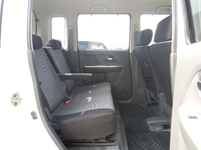 【後部座席側】左右独立スライド式の後部座席です。アームレスト付でゆったりできます♪前後スライドするので室内空間を無駄なく使えますよ♪