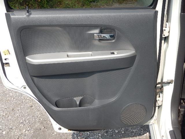 【助手席側・後部ドアパネル】後部ドアポケットにはそれぞれボトルホルダーが付いています♪
