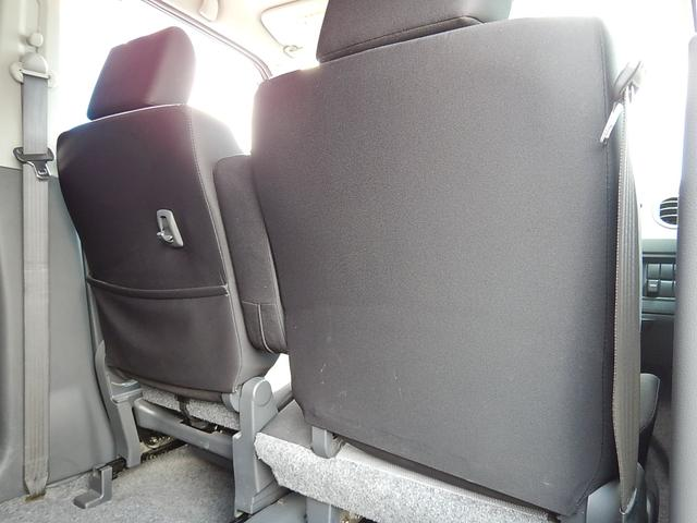 【運転席・助手席背面】助手席側にシートバックポケットと荷掛けフックが付いています♪