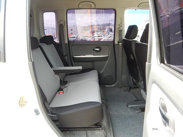 【後部座席側】左右独立で前後スライドする後部座席です♪アームレストも付いてゆったりできますよ♪