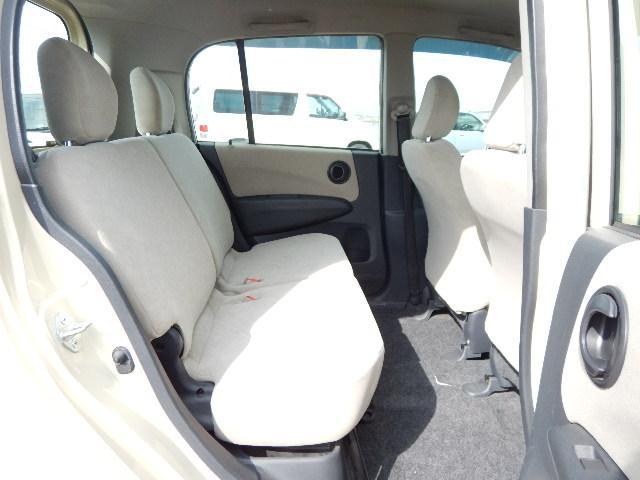 【後部座席側】ヘッドレスト付の後部座席でゆったりあります。
