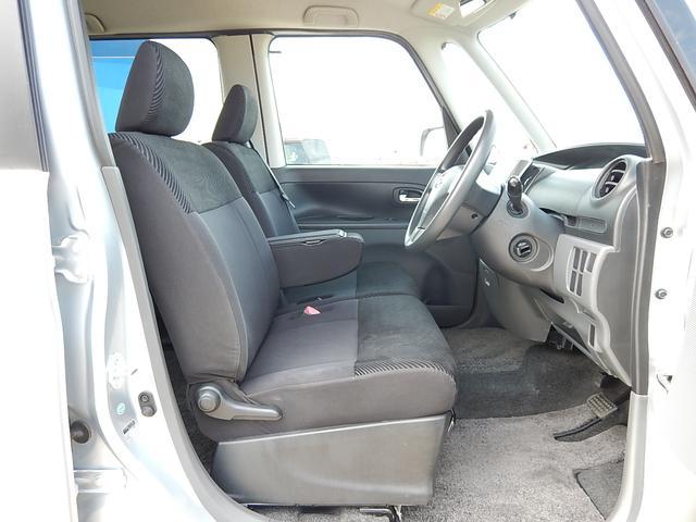 【運転席・助手席側】アームレスト付ベンチシートでゆったり♪シフトレバーもインパネ式で足元がスッキリしていますよ♪