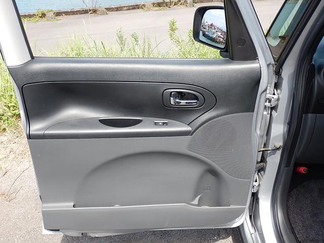 【助手席ドアパネル】運転席・助手席のドアポケットにはそれぞれボトルホルダーが付いています♪