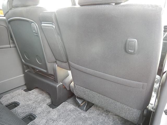 【運転席・助手席背面】運転席側にシートバックポケットと荷掛けフックが付いています。