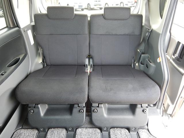 【後部座席側】左右独立で前後スライドする後部座席です♪ゆったりできる事はもちろん室内空間を無駄なく使えます♪