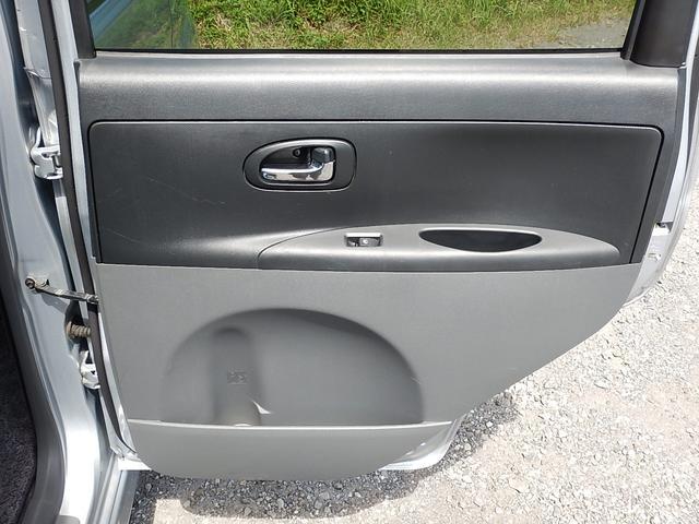 【運転席側・後部ドアパネル】後部ドアポケットにもボトルホルダーが付いていますよ♪
