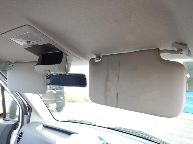 【サンバイザー部】運転席側にチケットホルダー、ルームミラー手前にはオーバーヘッドコンソールが付いています♪