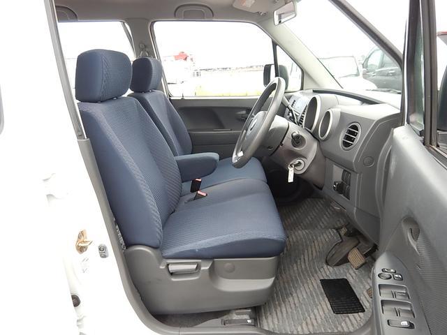 【運転席・助手席側】アームレスト付ベンチシートでゆったり♪シフトレバーもコラム式なので足元がスッキリしていますよ♪