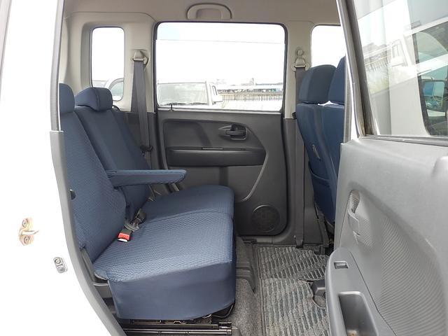 【後部座席側】左右独立で前後スライドする後部座席です♪アームレスト付でゆったり座れますよ♪座席をたためば荷室とフラットになります♪