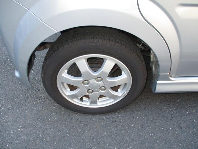 純正アルミホイール。タイヤの溝もあります。